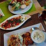 Reis mit Hühnchen, Kichererbsensalat, Mixteller