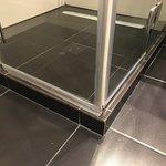 O cara estuda 5 anos de Arquitetura para projetar um banheiro onde o box fica acima do piso...