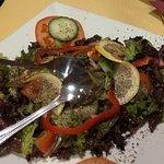 В салате был интересный соус