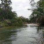 vista geral do rio com o balneário ao fundo