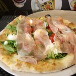 Pizza Buffalina. Burrata, roquette , tomates recouverts de speck.