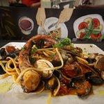 Le poulpe du jour sur lit de fruits de mer et légumes.