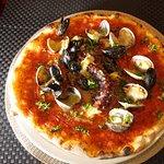 Pizza Pescatore, Moules , palourdes et poulpe du jour.