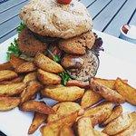 Falafelburger mit Kartoffelecken & Statue