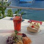 gemischter Salat mit Käsebrötchen und hausgemachtem Eistee