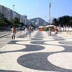 Calçadão de Copacabana,ótimo para uma boa caminhada com uma água de coco.