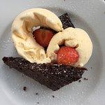 Nydelig brownie med is og smakfull kaffe på Tre Brør Café
