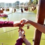 Fechamos o cadeado, marcado com nossos nomes, e jogamos as chaves no lago!