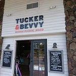 Foto de Tucker & Bevvy Picnic Food