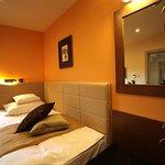 Standard egyágyas szobánk, várárokra néző kilátással, melyet üzleti partnereinknek illetve egyed