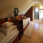 Tetőtéri standard kétágyas szobánk, várárokra néző panoráma kilátással. Könnyen pótágyazható.