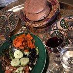 Pan, ensalada y vino