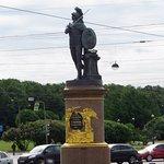 il monumento a Suvorov e sullo sfondo i giardini d'estate