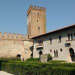 Um dos pátios do castelo, ao fundo Torre do relógio e Ponte Scaligero..