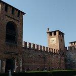 Fachada interna do das torres e da Ponte Scaligero.