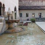 Fonte de um dos pátios do castelo.