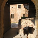 Um dos arcos de passagens do interior do castelo.