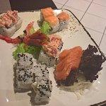Sushi e sashimi misto con gamberi rossi