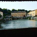 """La """"Piazza delle sorgenti"""" presenta una vasca rettangolare, di origine cinquecentesca, che conti"""