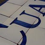 Detalle de azulejos pintados a mano con cobalto
