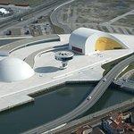 Vista aérea del Centro Niemeyer. (Imagen: Turismo de Asturias.)