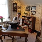 Astrid sitter i sin skrivarstuga