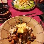 Ravioles de camote y salsa de huacatay, ñoquis de papa con.chorizo y pollo muy bueno y recomenda