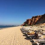 La plage de sable de l'hôtel située sous la falaise.