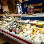 In unserer Frischetheke finden sie verschiedene Fleisch/Wurstwaren, Antipasti und Käsesorten.
