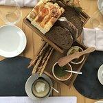 хлебная тарелка с изумительным маслом с травами и утренним сыром.