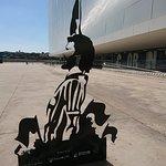Lado externo com monumento ao jogador Sócrates, ídolo do clube