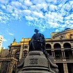 a estátua do Carlos Gomes, com o Municipal ao fundo.