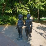 Bilde fra Father and Son' sculpture