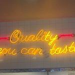 صورة فوتوغرافية لـ In-N-Out Burgers