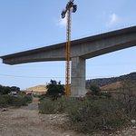 op het einde van de wandeling passeer je onder de nieuwe snelwegbrug