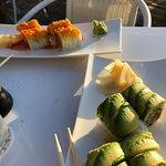 Dos platos diferentes de sushi...ambos exquisitos