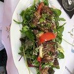 Entenleber auf Salat mit Baguette
