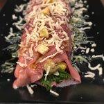 canelón de carpaccio de ternera con aguacate, tomate raff, mayinesa de mostaza y parmesano