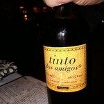 A casa conta com bons vinhos europeus e chilenos