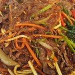 Japchae. Perfeito macarrão de batata doce com tiras de carne e delicioso molho