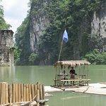 水壩上游的竹筏