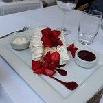 Meringues, fraises et double-crème + coulis: Absolument Superbe !!