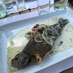 Lunch en terrasse. Entrée foie gras poêlé accompagné de pommes et truite ardennaise en plat prin