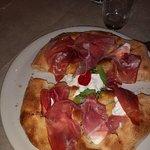 Una pizza leggerissima, digeribilissima.. Buonissima, gustosissima,,,,, l'accoglienza, calorosis