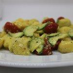 gnoccehtti con pesto di zucchine e robiola con zucchine a tocchetti e pomodorini