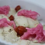 Sgombro con cipolla rossa e pomodorini