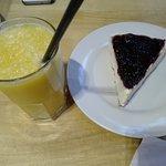 Cheese cake de frutos rojos y jugo de naranja