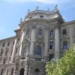 Justizpalast - the facade with the columns