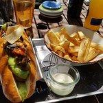 Veganer Hotdog mit Guacamole und Maniok-Fritten