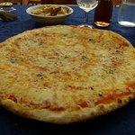 Una gigante pizza ai 4 formaggi